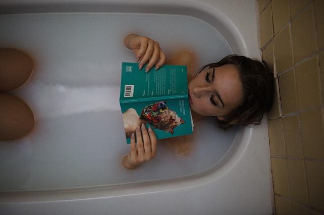 žena s knihou ve vaně