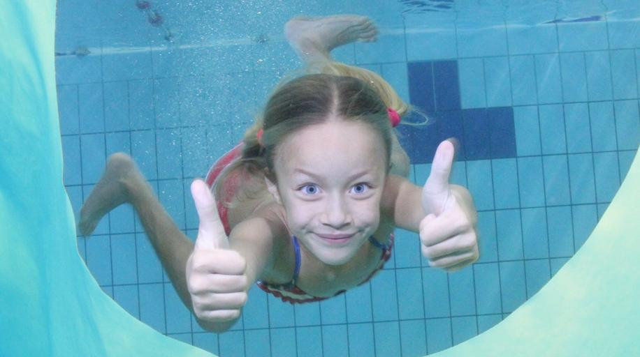 děvče pod vodou