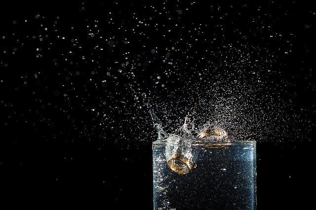 prsteny ve sklenici vody