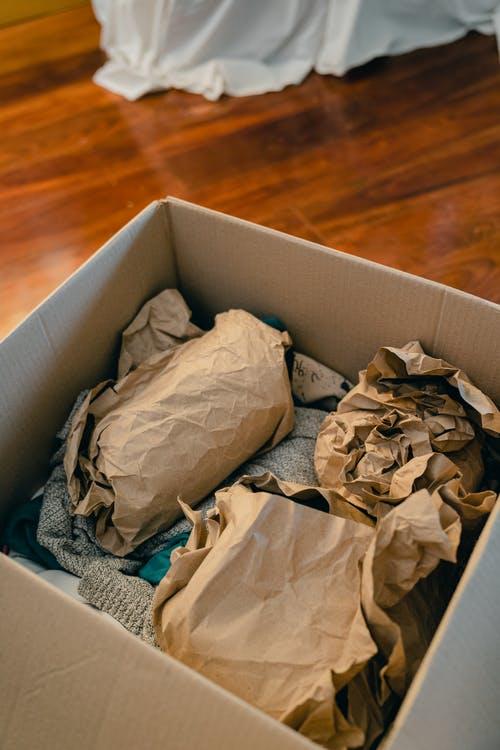 krabice se zabalenými věcmi
